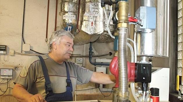 Pracovník takzvané hvězdicové kotelny ve Slaném.