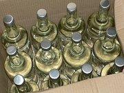 Testování vzorků alkoholu na přítomnost metylalkoholu. Ilustrační foto