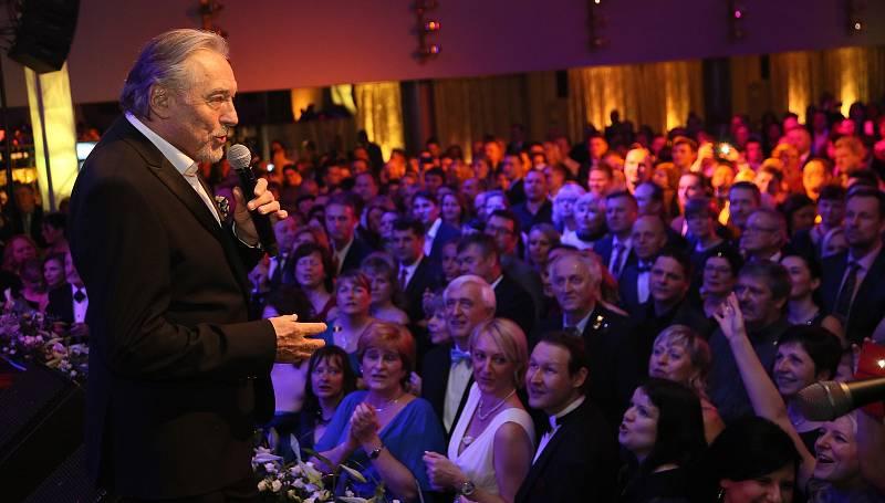 Karel Gott zazpíval na Reprezentačním plese města Kladno v roce 2018.