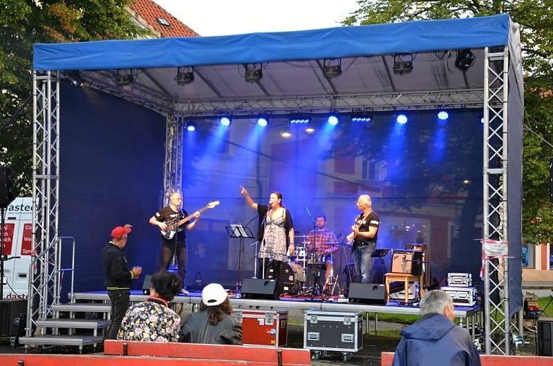 Koncerty na náměstí zahájila kapela The Pupici Blues Band.