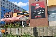 Hlavní aktér incidentu ve čtvrtek opět seděl před barem Bajkal, tedy v místě, kde se minulou středu celá věc přihodila.