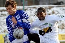 V zimní Tipsport lize  přehrálo Kladno Most 4:0.  Ale Lukáš Killar (vlevo), který tady bojuje s exkladenským Dave Simpsonem, ví, že v neděli půjde o zcela jiné utkání.