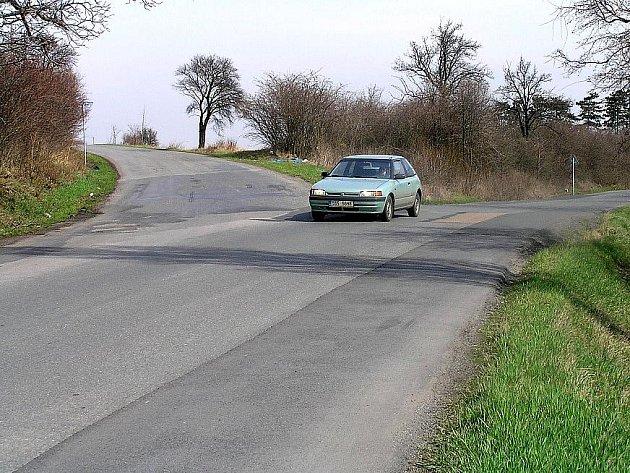 Ypsilonovou křižovatku mezi Třebusicemi, Slatinou a Zvoleněvsí na Kladensku není radno podceňovat. Loni tu tři lidé při dopravních nehodách utrpěli těžká zranění.