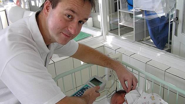 Screening sluchu se v kladenské nemocnici stal součástí běžného vyšetření novorozenců před propuštěním do domácí péče.