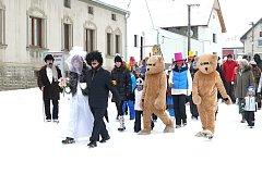 MASOPUSTNÍ PRŮVOD vyrazil v sobotu odpoledne od Základní školy v Družci.