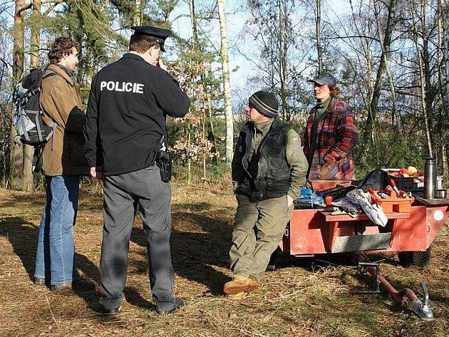 Nepovolené kácení stromů ve Třebichovicích na Kladensku. Jednatel společnosti RP Real Josef Bešta tvrdil, že vše má na svědomí neznámý pachatel.
