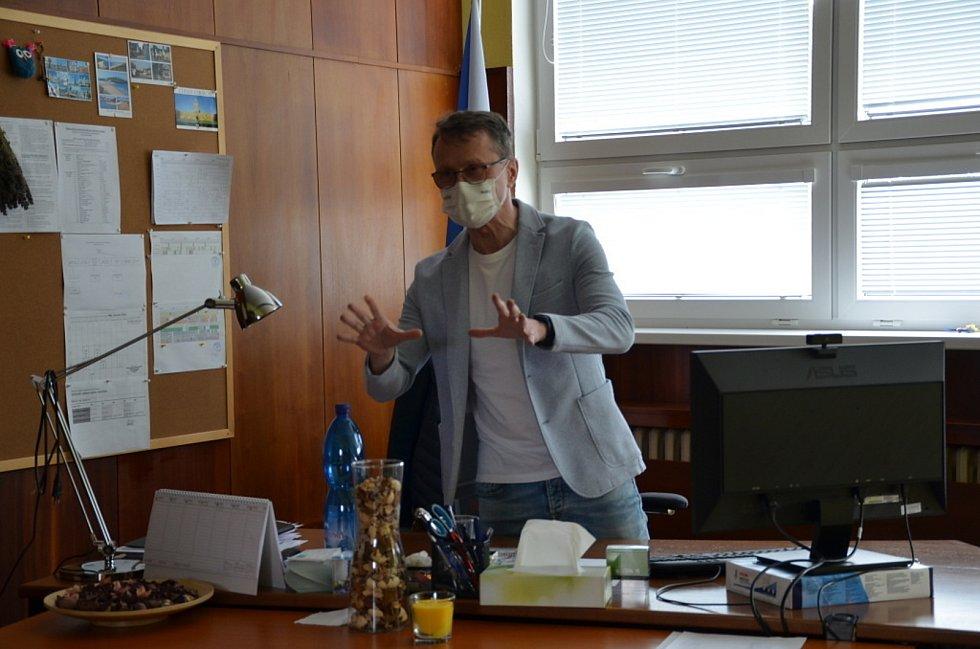 Nad Střední odbornou školou a Středním odborným učiliště Stanislava Kubra ve Středoklukách se stahují mračna. Ředitel školy Jaromír Čížek.