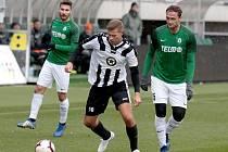 Kopeme za fotbal! V rámci projektu Gambrinusu si zahrál Buštěhrad proti ligovému Jablonci. Tady Kurejský obklopen hvězdami Trávníkem a Doležalem.