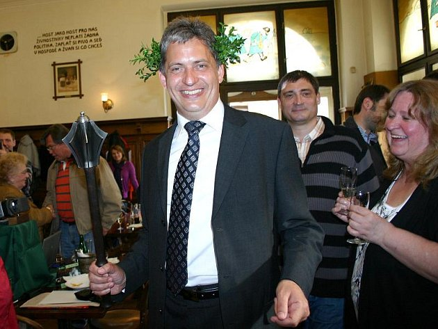 V kladenském Dělnickém domě, sídle OVV ČSSD, se po vítězství nového senátora Jiřího Dienstbiera ml. hodně oslavovalo.