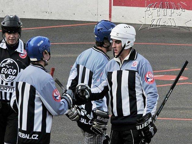 Dramatický duel Kladenského poháru mezi Vlky Buštěhrad a týmem rozhodčích.