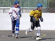 Dynamo (v bílém) přemohlo Beer Stars B. Vlevo Karel Koláčný, vedle nadějný Křepelka.