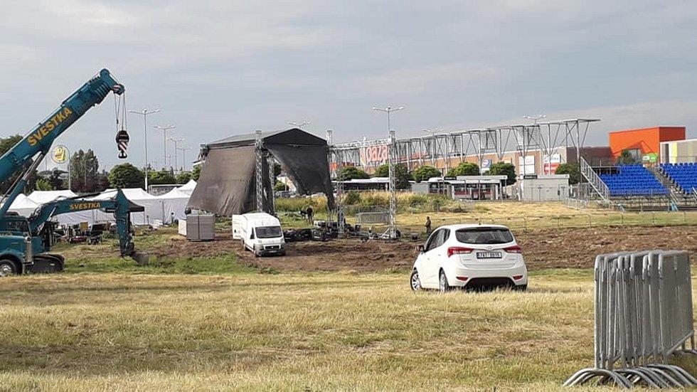 Kazma zase provokuje. V Kladně prý zakopal auto s milionem korun.