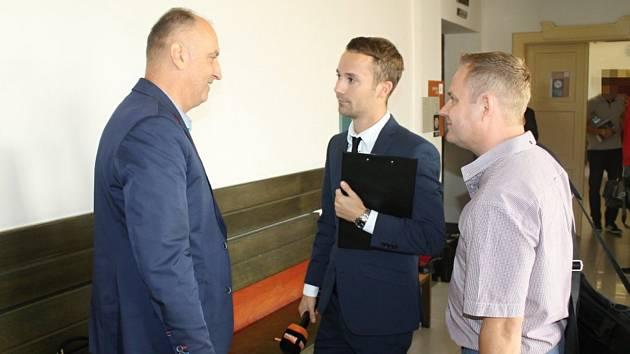 Na snímku vlevo před soudní síní s novináři právní zástupce jdnoho z obžalovaných instruktorů Luděk Vojt