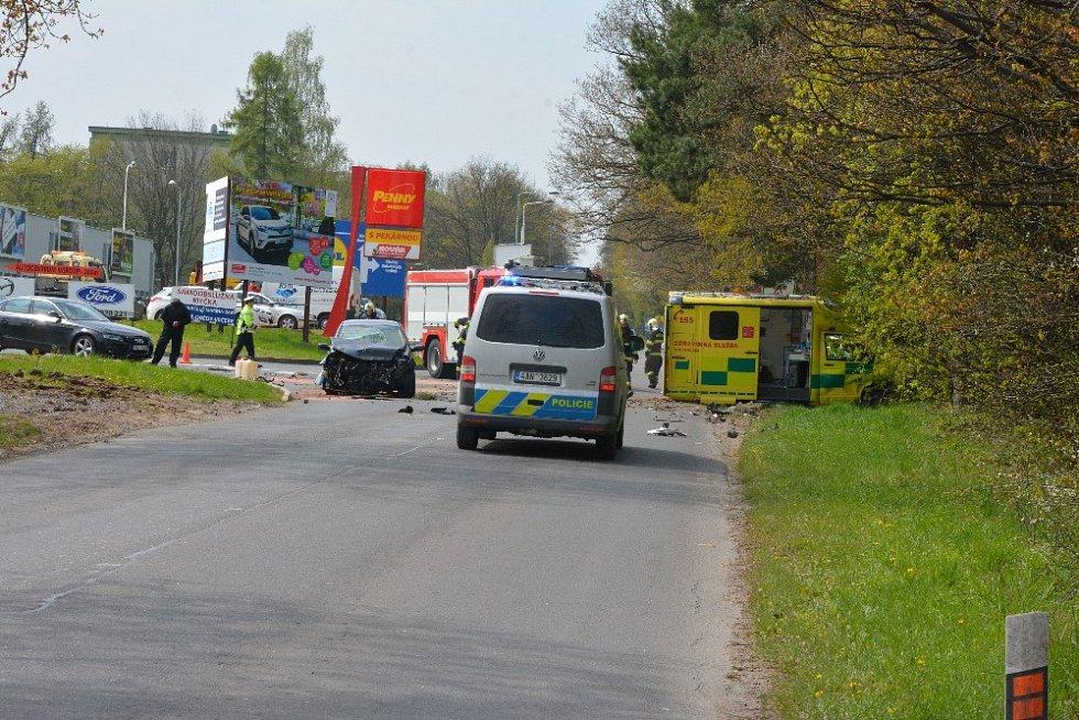 Nehoda sanity s osobákem v Kladně na křižovatce Pražské ulice s Arménskou.