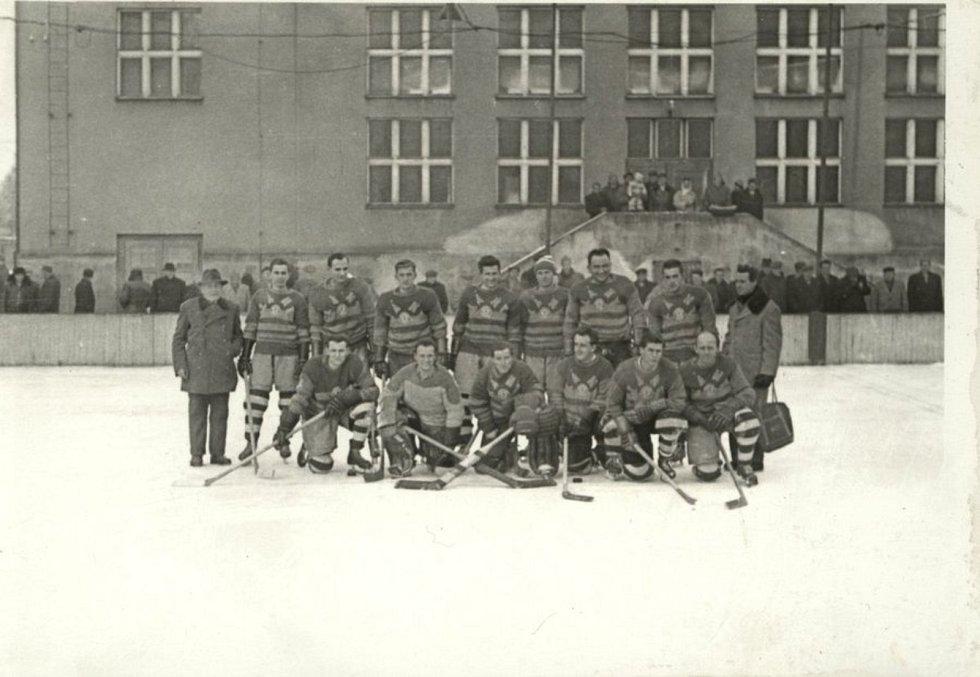 Na kluzišti za sokolovno se hrály také hokejové zápasy.