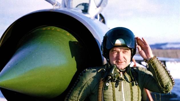 ROSTISLAV SÁČEK je bývalým vojenským pilotem a instruktorem. Na dobovém snímku u stroje MiG.