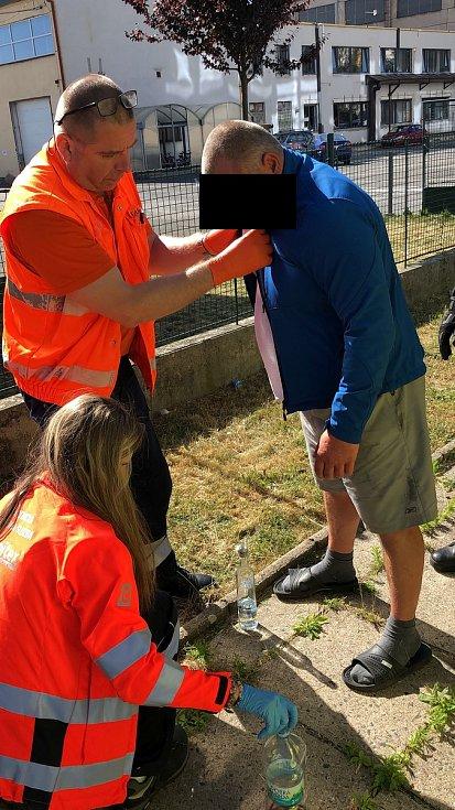 Jen v rámci středních Čech vyjedou záchranáři za směnu k desítkám opilců.
