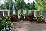 Lánský zámek skýtá nádherná stinná zákoutí, kochat se návštěvníci mohou i tisíci květů.