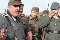 Společná porada německých a ruských vojáků. Účastníkům jsou dávány poslední rady ohledně scénáře.