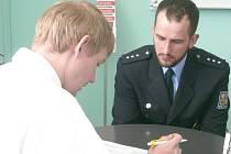 PŘED SAMOTNÝM ODBĚREM KRVE se policisté, mezi nimi i Jonáš Štastný (na snímku), seznámili s podmínkami zápisu do registru dárců kostní dřeně.