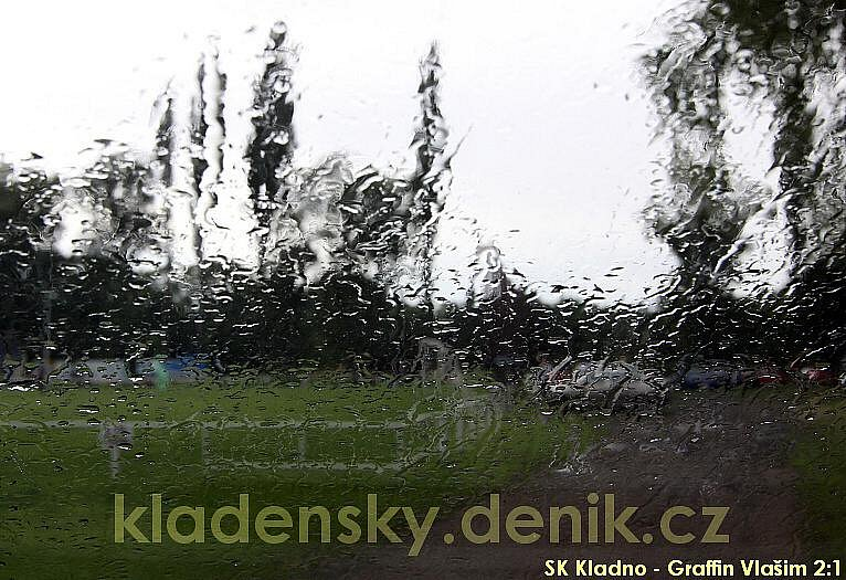 Ani toto utkání neminula dešťová přeháňka...