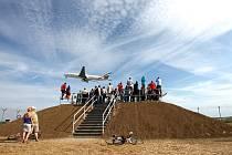 Z NOVÝCH VALŮ je možné pozorovat přistávání i starty letadel z plochy ruzyňského letiště.