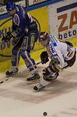 David Hájek (v modrém) se stal velkou oporou zadních řad hokejového Kladna.