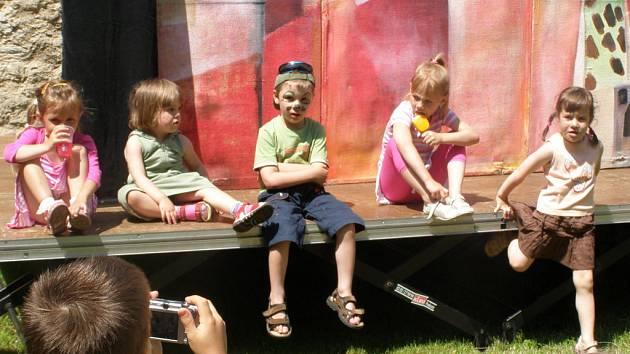 Děti v Lampionu stavěly letního sněhuláka a podívaly se na divadelní představení.