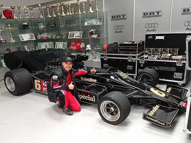 Jiří Jupa se slavným monopostem Lotus, snímž Mario Andretti vyhrál mistrovství světa formule 1vroce 1978.