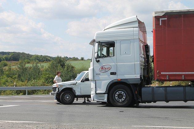 Nehoda se stala v pondělí krátce po třinácté hodině. Auta se srazila na křižovatce u autoservisu nedaleko exitu na Slaný ze silnice D7.