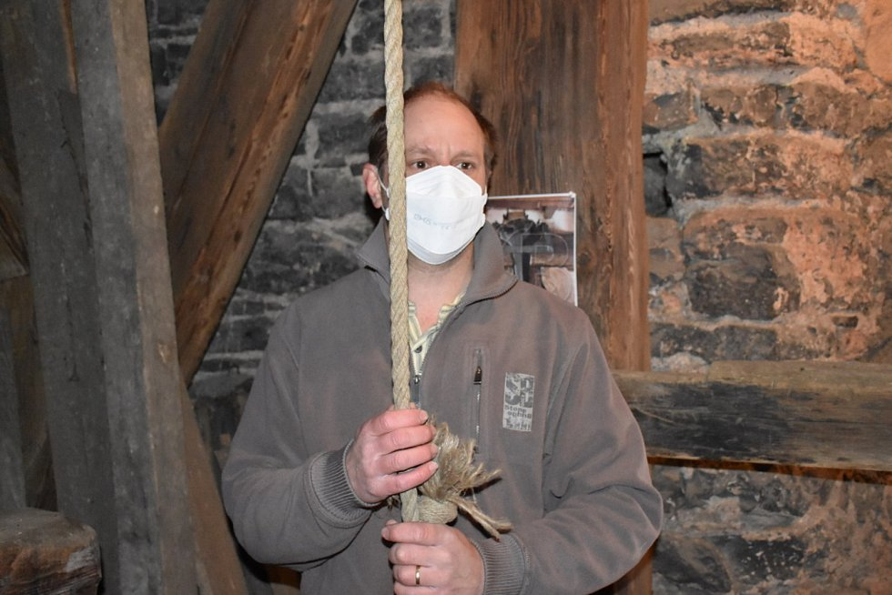 V chrámu svatého Gotharda ve Slaném rozezněl v pondělí srdce zvonu zvoník Jan Hacker z Podlešína.