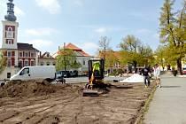Obnova květinových záhonů na slánském náměstí.