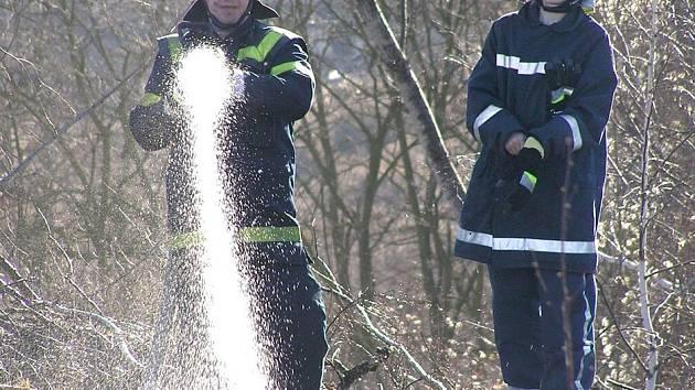 Požár na haldě likvidovalo několik hasičských jednotek.