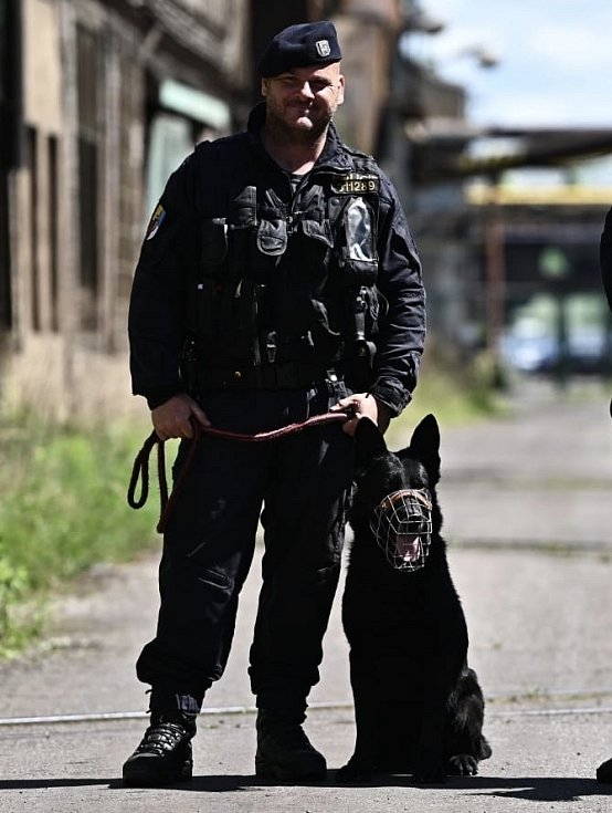 """Vynachválit si středočeská policie nemůže čtyřnohého pomocníka Jalara, kterému jako psovod """"velí"""" podpraporčík Radovan Mach. Nedávno zaznamenali úspěšné společné zákroky, při nichž byli pachatelé odhaleni přímo na místě činu."""