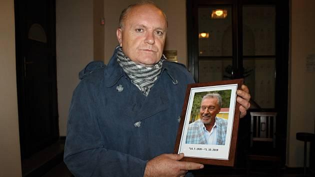 Václav Duchek přišel dát Karlu Gottovi poslední sbohem do slánského divadla, kde se také podepsal do kondolenční knihy.