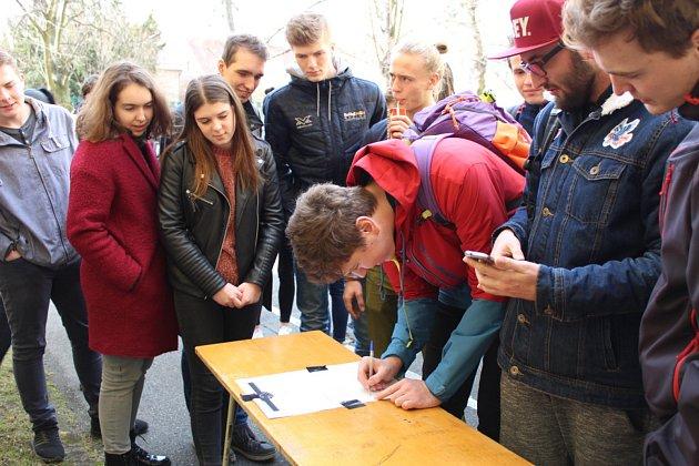 Ve dvoře Gymnázia Kladno stávkovaly stovky studentů.