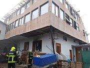 V kladenské ubytovně hořelo, hasiči evakuovali čtyřicet lidí.