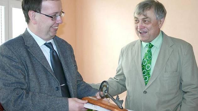 Marcel Hrabě (vlevo) při slavnostním otevření nové školní budovy ve Slaném.