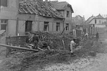 Bombardování kladenského železničního uzlu dne 17. dubna 1945 poškodilo kromě nádraží i několik domů na Výhybce.