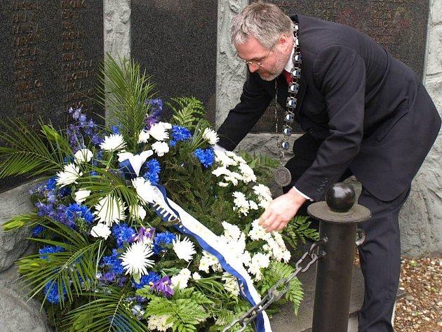 Pomníky padlých  a dalších obětí druhé světové války v největším středočeském městě ozdobily věnce.