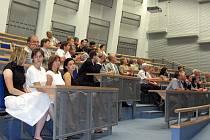 POSLUCHÁRNA. Moderní posluchárna pro 120 studentů je vybavena mnoha technickými vymoženostmi, mimo jiné centrálním ovládacím systémem či dataprojektory.