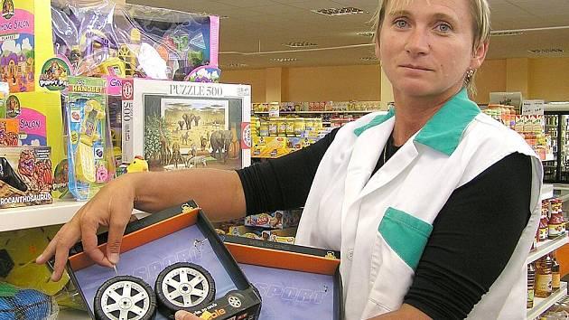 Vedoucí zlonické prodejny  Zdeňka Průšová se nenechá zastrašit. Přesto škoda na zboží bývá nemalá. Naposledy ho odcizili zloději za patnáct tisíc korun. Rozebíráním hraček to začíná a krádežemi alkoholu a drahých věcí pokračuje.