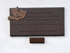 Alena Šandová a Martin Doupovec před rodným domem Olgy Scheinpflugové ve Slaném.