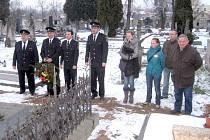 DOBROVOLNÍ HASIČI Z VELVAR mimo jiné pečují o hrob zakladatele zdejšího sboru na místním hřbitově. V minulých dnech zde uctili 100. výročí úmrtí Karla Krohna.