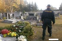 Také na kladenské hřbitovy míří v těchto dnech tisíce návštěvníků.