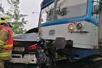 U Dobrovíze se stala v neděli odpoledne tragická nehoda, jeden člověk zemřel, další dvě osoby byly zraněny, z toho jedna těžce.