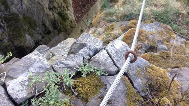 CHYSTANÉ VIA FERRATĚ dali na slánské hoře úředníci zelenou. Ochránci přírody jsou proti, jelikož se obávají o chráněnou květenu. Konkrétně žlutokvětou tařici skalní.