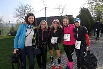Kateřina Kašparová (uprostřed) s kamarádkami a také soupeřkami.