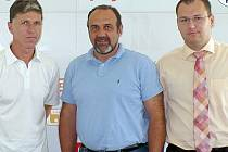 Nový trenér Budějovic Jaroslav Šilhavý (vlevo) ještě v Kladně s tehdejším prezidentem Kladna  Michalem Krausem (uprostřed) a šéfem akciovky Alešem Pangrácem.Oba jsou už v Jablonci.