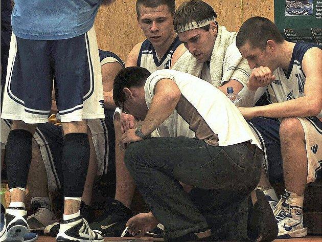 Basketbalisté Kladna (v bílém) v prvním zápase play-off nestačili doma na Rokycany.